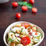 Salade de pâtes tomates cerises, poulet et feta