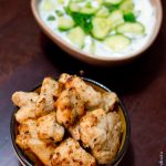 Brochettes de poulet chiche taouk accompagnées de Khiar bi laban