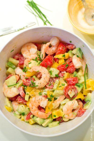 Salade d'été tomates, avocats et crevettes