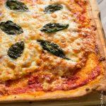 Pizza au jambon cru et basilic