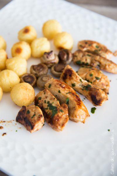 Poulet mariné, champignons aux truffes et pommes noisettes