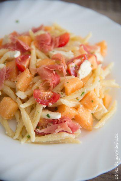 Salade de pâtes au melon, tomates cerises et jambon cru