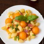 Salade de pâtes au melon, jambon cru et parmesan