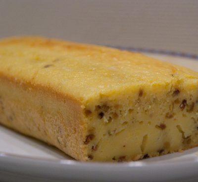 Cake sucré à l'orange et aux éclats de pistaches
