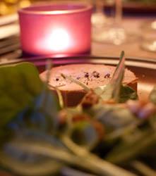 Foie gras sur lit de jeunes pousses aux figues et pignons de pin
