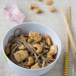 Nouilles soba sautées au poulet et noix de cajou