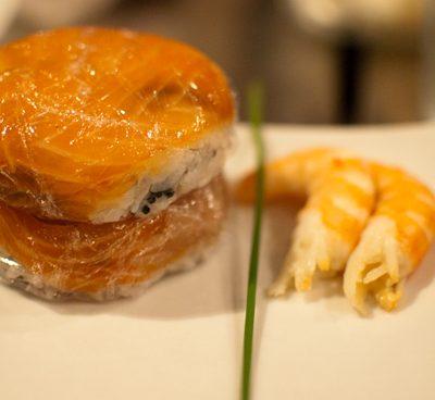 Confection des Oshi-sushi (« pressé »)