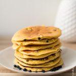 Pancakes à la farine de pois chiches aux myrtilles
