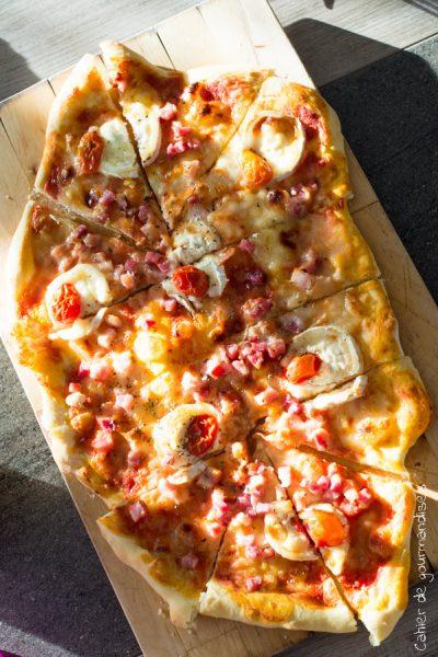 Pizza chèvre, miel et lardons