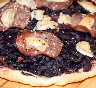 Purple pizza chèvre & bacon