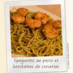 Spaguettis au pesto et brochettes de crevettes